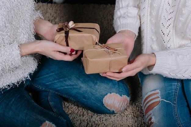 Twee mooie meisjes met geschenken voor kerstmis