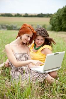 Twee mooie meisjes met notitieboekje