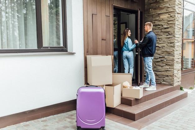 Twee mooie mensen verhuizen naar een nieuw huis, gaan een nieuw huis en leven binnen. bewegende tijd.