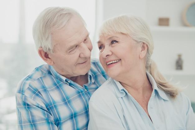Twee mooie oude mensen paar meeliften familieportret