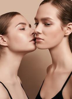 Twee mooie sensuele jonge vrouwen poseren