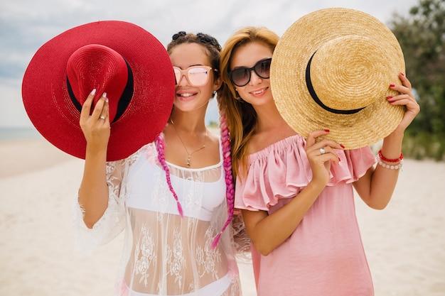 Twee mooie stijlvolle vrouw aan het strand op vakantie, zomerstijl,