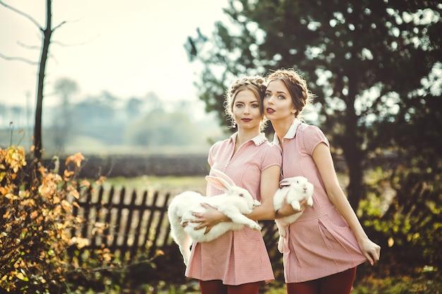 Twee mooie tweelingzusjes op vakantie op het platteland