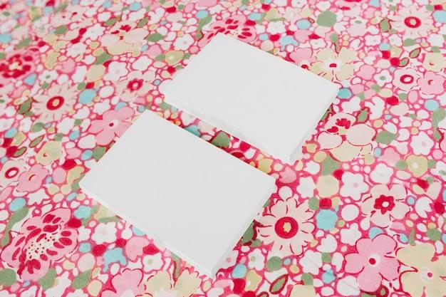 Twee mooie visitekaartjes op mooie bloemen ondergrondse voor mock-up