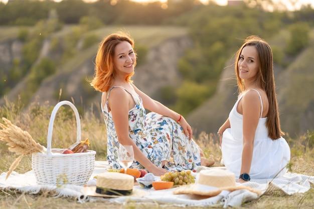Twee mooie vriendinnen brengen tijd samen door op een picknick