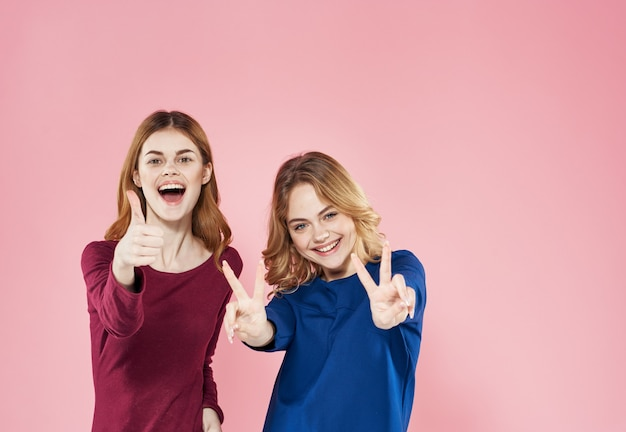 Twee mooie vrouwen elegante stijl communicatie levensstijl meer leuke roze achtergrond