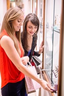 Twee mooie vrouwen in een winkel