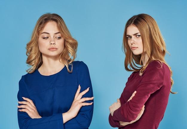 Twee mooie vrouwen in jurken elegante communicatie stijl vriendschap bijgesneden weergave