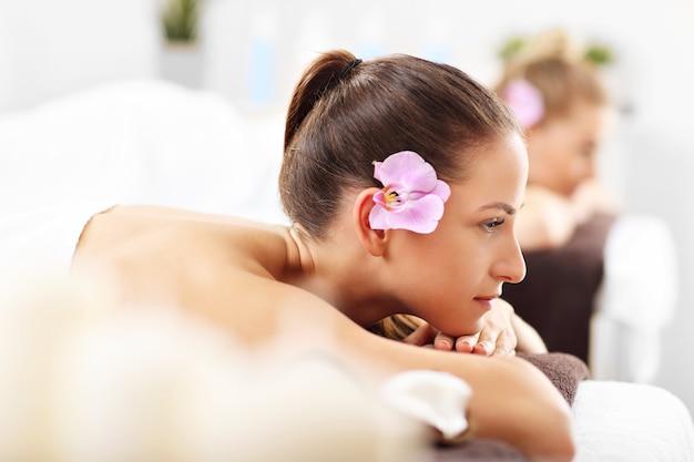 Twee mooie vrouwen krijgen massage in spa