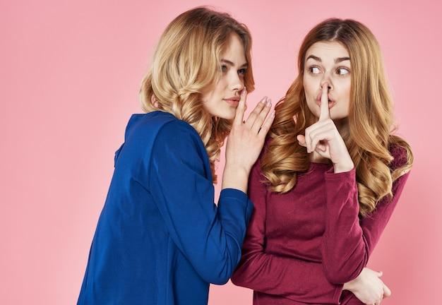 Twee mooie vrouwen socialiseren geschillen over levensstijlgeheimen. hoge kwaliteit foto