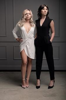 Twee mooie zelfverzekerde jonge vrouwen