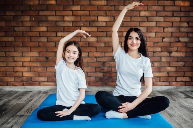 Twee mooie zussen hand in hand hadden en mediteren.