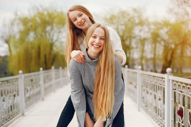 Twee mooie zussen in een park
