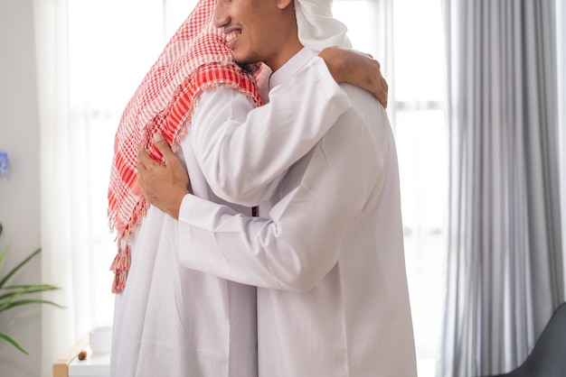 Twee moslim zakenpartner bespreken en vergaderen met behulp van laptop samen