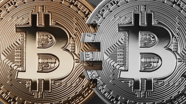 Twee munten bitcoin op een zwarte achtergrond geldoverdracht concept.