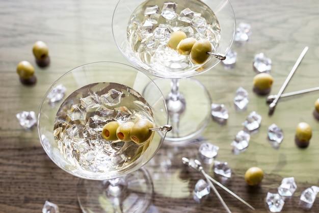 Twee olijf martini cocktails
