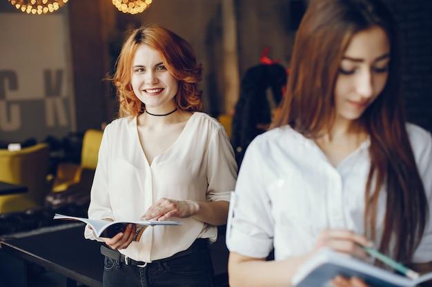 Twee ondernemers in een café