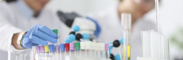 Twee onderzoekers voeren experimenten uit in een laboratorium
