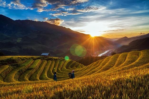 Twee ongedefinieerde vietnamese hmong lopen in het fantastische landschap
