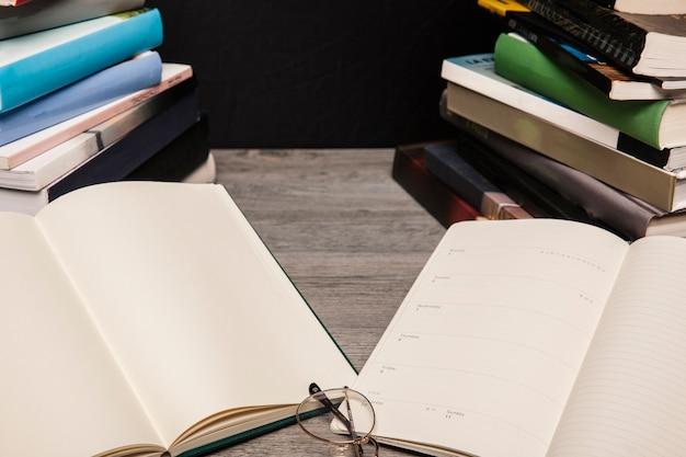 Twee open boeken naast elkaar