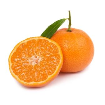 Twee oranje mandarijnen met groen blad dat op witte muur wordt geïsoleerd