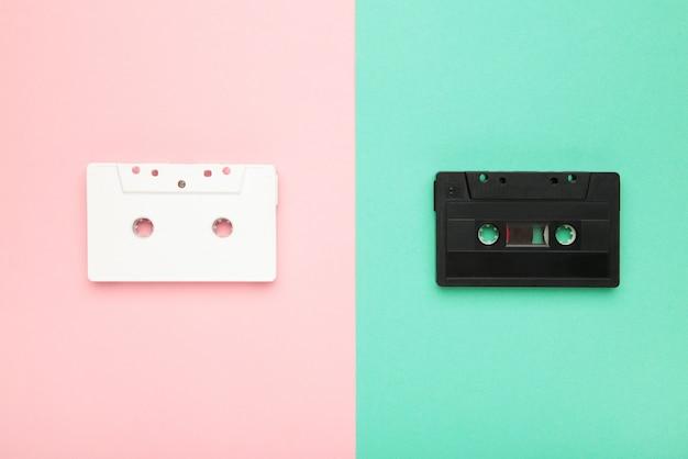 Twee oude kleurrijke cassettes op kleurrijk. muziekdag