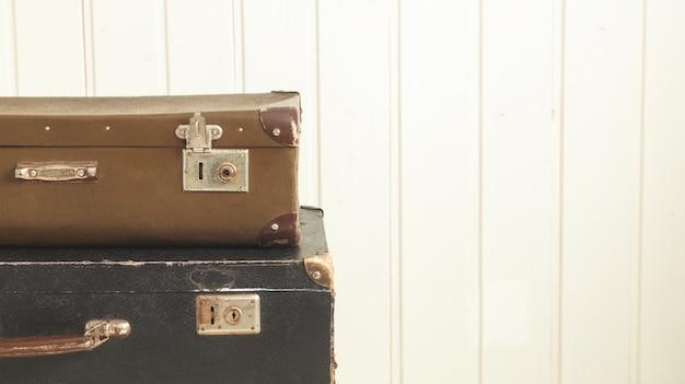Twee oude retro koffers witte houten achtergrond vintage tinting