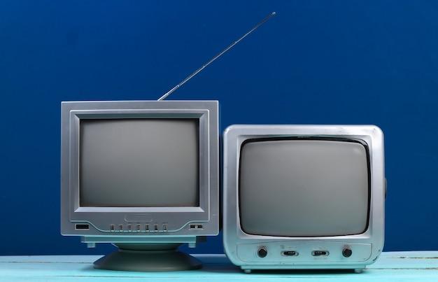Twee oude tv-ontvanger op klassiek blauw. retro-media