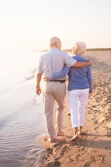 Twee oudere volwassenen bij de oceaan