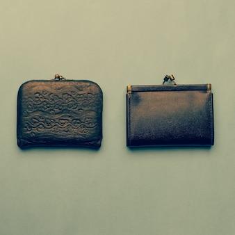 Twee ouderwetse vintage portemonnees op een donkere achtergrond