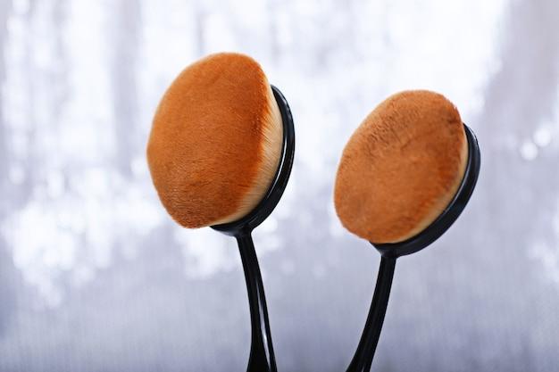 Twee ovale make-up kwasten met synthetische pool.strakke vezels.vlekkeloze afwerking.