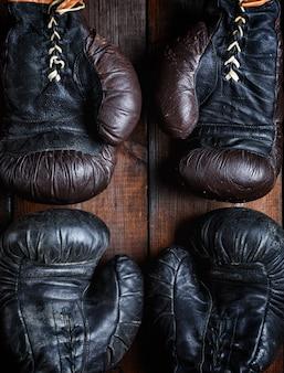 Twee paar leren oude bokshandschoenen