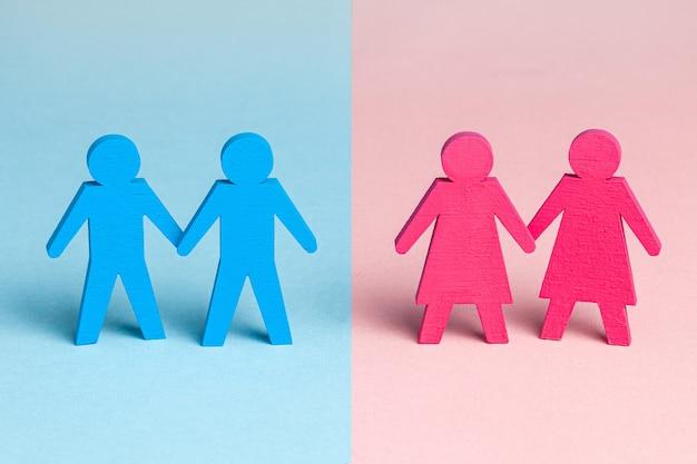 Twee paar mannen en vrouwen houden elkaars hand vast