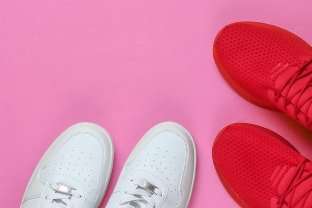 Twee paar sneakers. witte en rode schoenen. bovenaanzicht