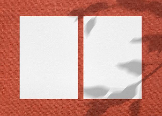 Twee papieren vellen stoffen oppervlak mockup