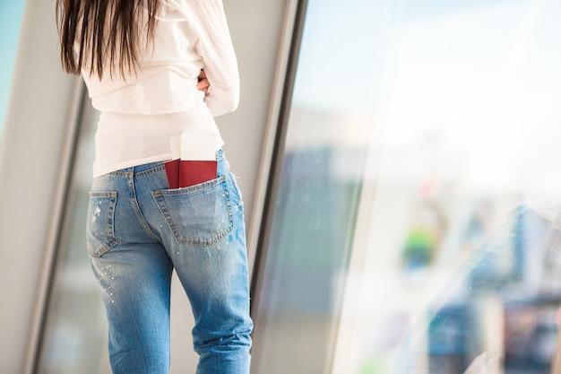 Twee paspoorten en instapkaart op luchthaven in vrouwenzak