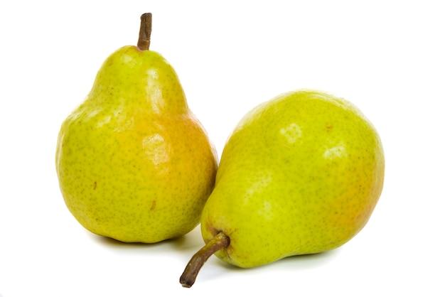 Twee peren die op wit worden geïsoleerd