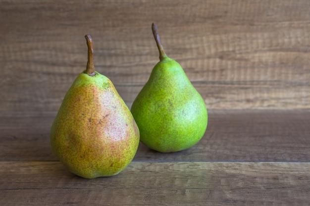 Twee peren op een houten