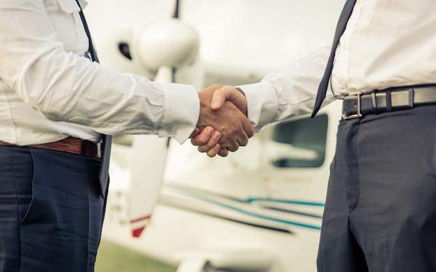 Twee piloten handen schudden voor de vlucht