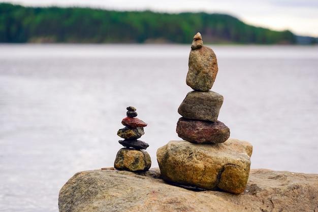 Twee piramides van stenen op het meer