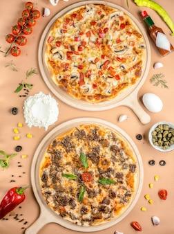 Twee pizza's op het tafelblad bekijken