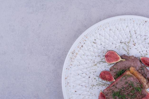 Twee plakjes vleeslapje vlees met kruiden en specerijen