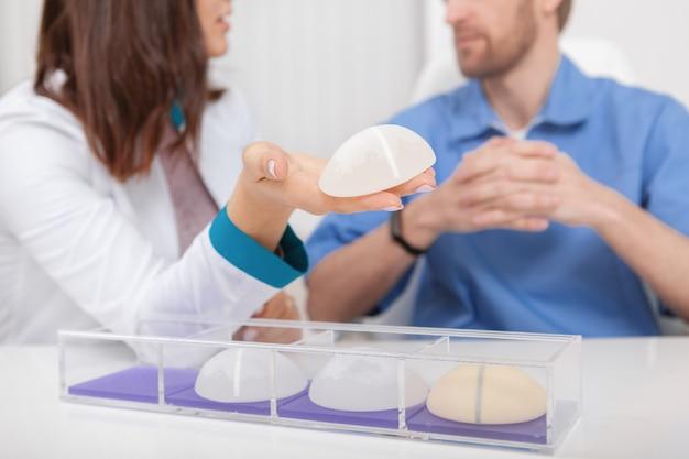 Twee plastisch chirurgen die siliconen borstimplantaten bespreken