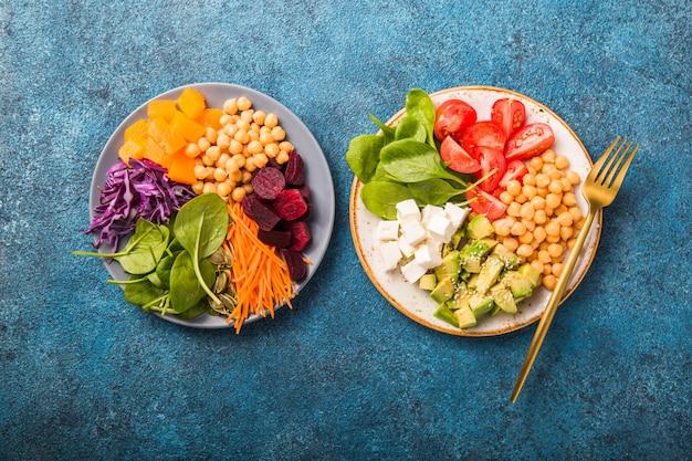 Twee platen buddha bowls en een glas water. concept voor gezonde vegetarische detox evenwichtige maaltijd