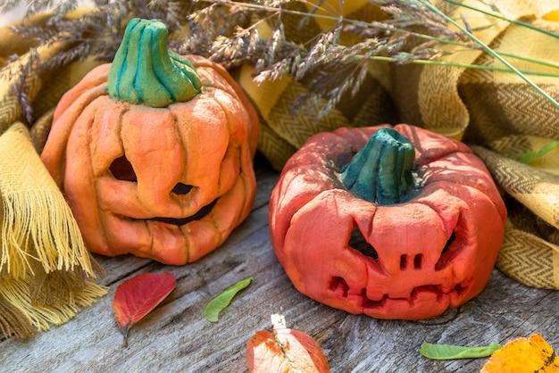 Twee pompoenen voor halloween.