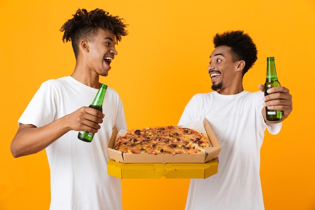 Twee positieve mannelijke vrienden in t-shirts