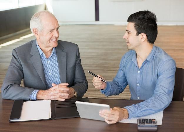 Twee positieve zakenlieden bespreken nieuw project