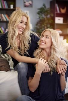 Twee prachtige blonde tweelingen thuis