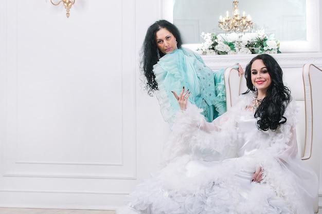 Twee prachtige danseressen in chique baljurken
