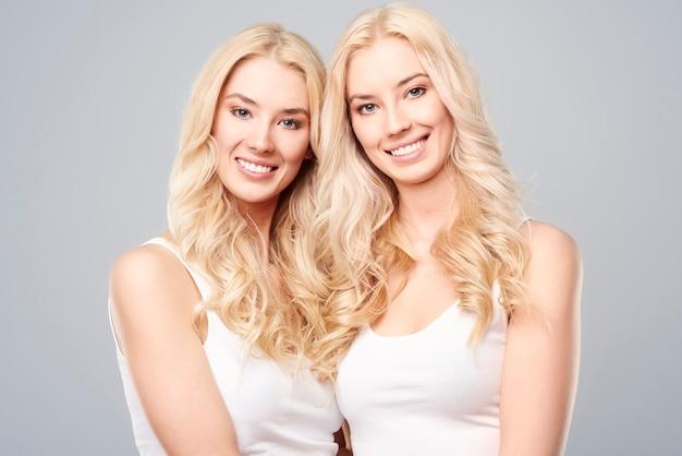 Twee prachtige natuurlijke zusjes